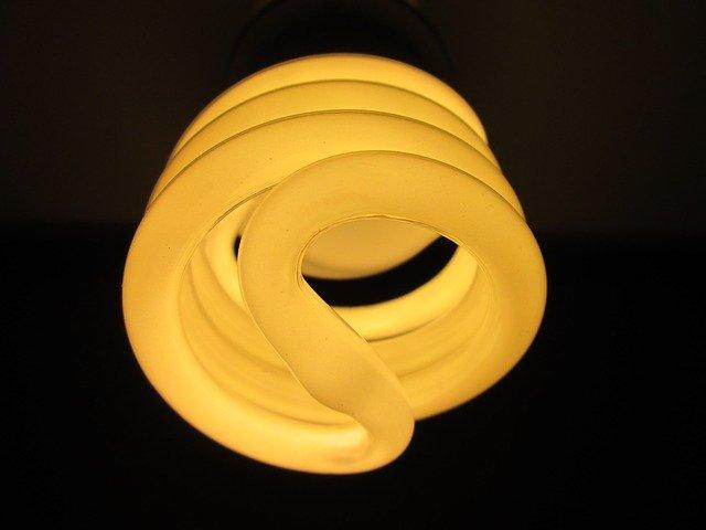 žlutá stočená žárovka