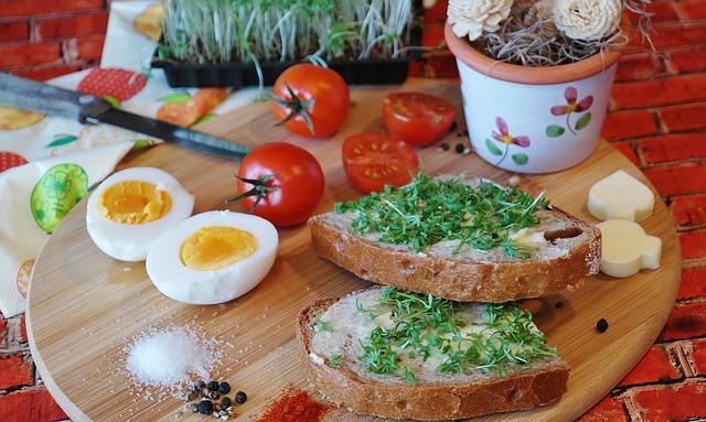 chléb s pažitkou a vejcem