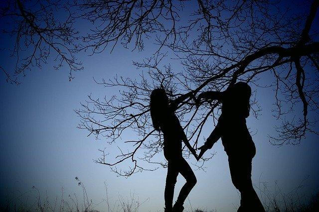 kamarádky u stromu