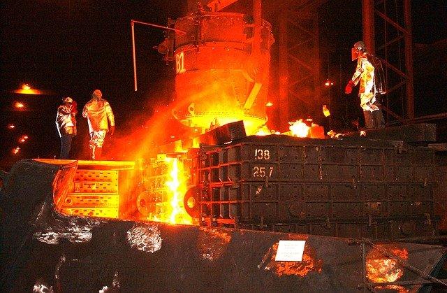 zaměstnanci ocelárny.jpg