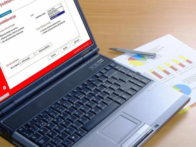 otevřený notebook na dřevěném stole